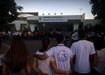 População de Janaúba faz corrente de orações em frente a hospital.