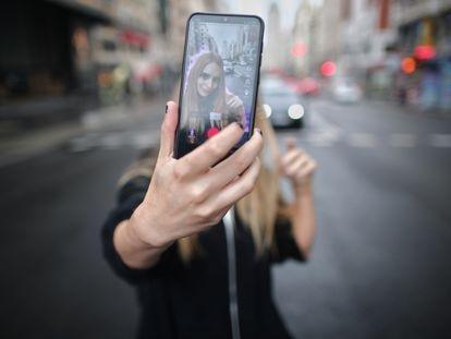 A jovem Rosa, conhecida como Ghoulbabyghoul no Tik Tok onde tem mais de 3.000 seguidores, grava em Madri, em 24 de setembro.