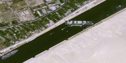 O navio 'Ever Given', nesta quinta-feira, encalhado no canal de Suez.