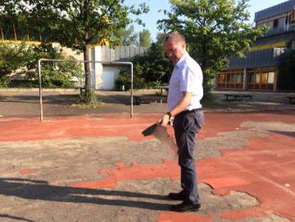 Matthew George, diretor da escola Paul-Hindemith de Frankfurt, mostra o mau estado do chão do pátio.