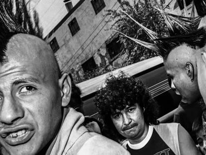 Punks na Cidade do México, em uma fotografia de Carlos Somonte. No vídeo, o trailer do documentário (legendas em espanhol).