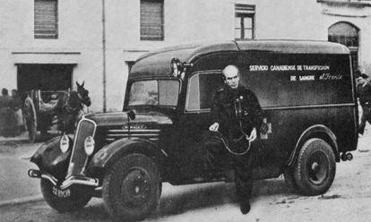 O médico canadense Norman Bethune ao lado da unidade móvel de transfusão de sangue que usou na Guerra Civil.