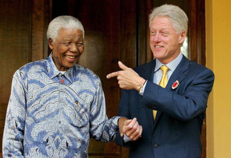 Imagem de arquivo de 19 de julho de 2005, Mandela e o ex-presidente norte-americano Bill Clinton.