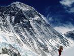 Paso del Valle del Silencio, a unos 6400 metros. Al fondo la colosal pared sudoeste del Everest.