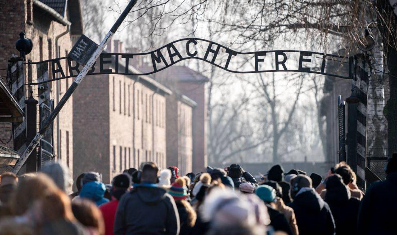 Visitantes na entrada do antigo campo de concentração de Auschwitz I, no sábado.