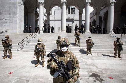 A Guarda Nacional da Califórnia protege a Prefeitura de Los Angeles, neste domingo.