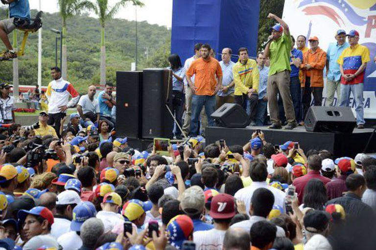 Capriles discursa para seus militantes neste sábado em Caracas / AFP