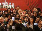 López Obrador con dirigentes y otras feministas el pasado noviembre.