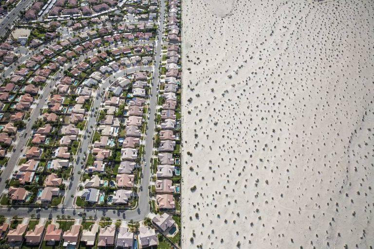 Desenvolvimento urbanístico junto ao deserto, em Cathedral City, Califórnia, em plena seca.