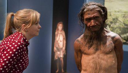 Uma mulher observa uma reprodução de um neandertal em uma exposição sobre essa espécie em Londres.