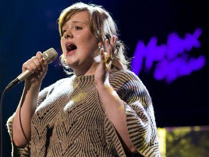 Adele Laurie Blue Adkins lançou seu primeiro álbum de estúdio em 2008, depois de ter sido descoberta na rede social MySpace. Na foto, a cantora britânica durante uma apresentação na 42ª edição do Festival de Jazz da cidade suíça de Montreux, no ano de sua estreia.