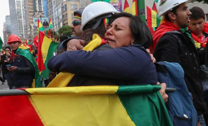 Manifestantes festejam renúncia de Morales.