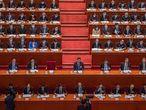 -FOTODELDIA- Pekín (China), 08/03/2021.- El presidente chino, Xi Jinping (c), y el primer ministro Li Keqiang (c-d), rodeados del resto de delegados, asisten a la segunda sesión plenaria de la Asamblea Nacional Popular en el Gran Palacio del Pueblo Chino, este lunes, en Pekín. EFE/ROMAN PILIPEY