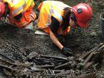 Dos arqueólogos desentierran una fosa común con víctimas de la peste en Londres.