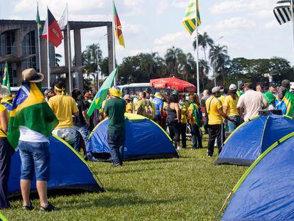 Bolsonaristas radicais se aglomeram em protesto contra o Congresso Nacional e o STF, no dia 3 de maio em Brasília.