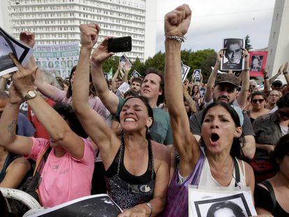 Argentinos celebram a sentença de prisão perpétua para repressores.