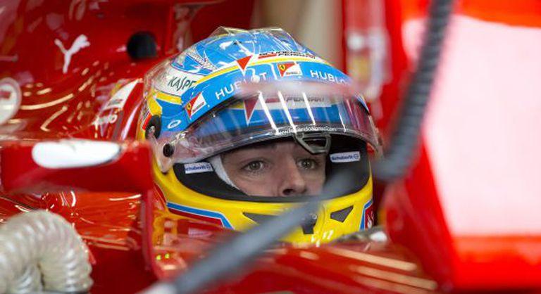 Alonso, a bordo de sua Ferrari, durante a qualificação de Silverstone.