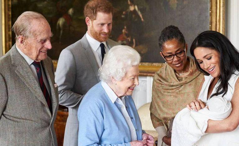 Harry e Meghan Markle apresentam Archie Harrison à rainha Elizabeth II, Philip de Edimburgo e Dorian Regland