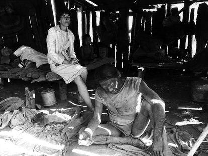 Eode, um homem Ayoreo, na base da Missão Novas Tribos em 1979. Capturado em uma caçada, ele morreu alguns dias depois.