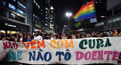 Manifestantes seguram faixa em manifestação contra a 'cura gay', em SP.