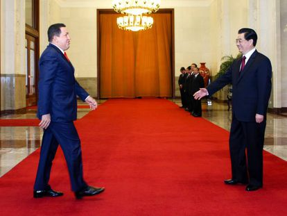 O ex-presidente da Venezuela Hugo Chávez com seu à época homólogo chinês Hu Jintao, no Grande Palácio do Povo em Pequim, em abril de 2009.