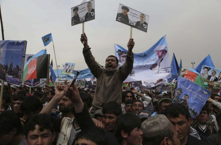 Centenas de pessoas em um comício no Afeganistão.
