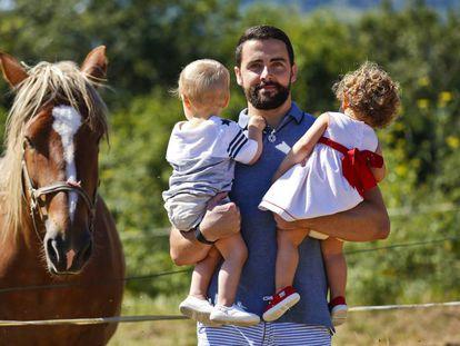 Juan Pablo Vázquez com seus filhos gêmeos, nascidos através de barriga de aluguel.