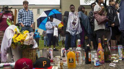 Várias pessoas em vigília em frente ao local onde Brown morreu há uma semana.