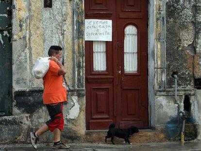 Homem passa por uma casa à venda em Havana (Cuba).