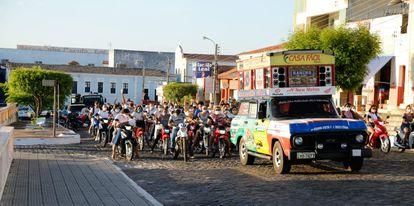 Moradores saem carreata para celebrar avanço do ensino em Oeiras, no interior do Piauí, no início da semana.