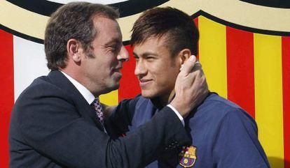 Rosell abraça Neymar na apresentação do jogador.