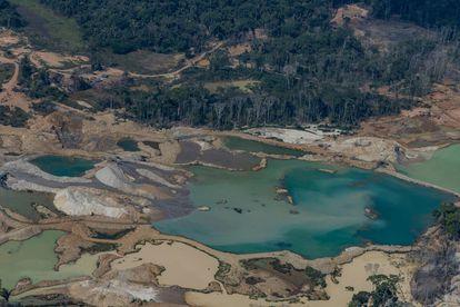 Vista aérea de mineração de cassiterita e garimpo de ouro, em Porto Velho, distrito de Jaci-Paraná, Rondônia.