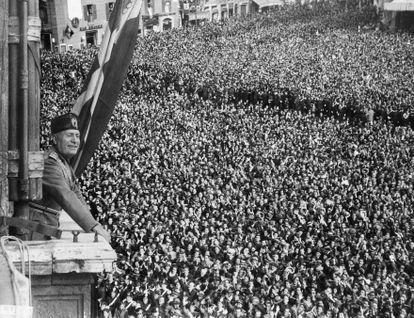 Benito Mussolini saúda as massas em 9 de maio de 1936, no Palácio Veneza de Roma.