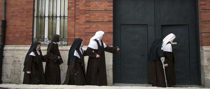 A freira mais velha das carmelitas de Valladolid, de 89 anos, convive agora com meninas de 18 anos no convento.
