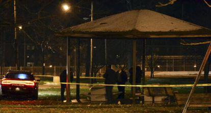 Policiais na região onde menino de 12 anos foi morto a tiros.