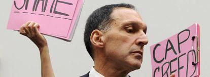 O último diretor executivo do Lehman Brothers, Dick Fuld, é alvo de protestos de manifestantes ao comparecer ao Senado dos EUA.