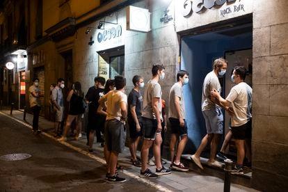 Fila para entrar no pub Ocean Rock, no bairro de Malasaña, no momento da reabertura, na noite de quinta.