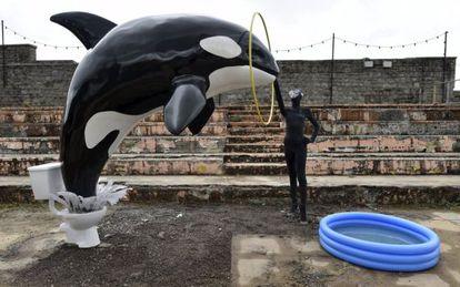 Instalação em Dismaland, uma paródia dos parques aquáticos.