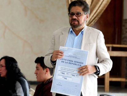 O candidato a senador Iván Márquez, da Força Alternativa Revolucionária do Comum (FARC), vota nas eleições legislativas deste domingo