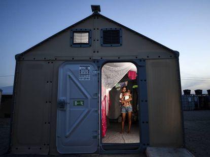 A venezuelana Ana Carina Aires, de 23 anos, cruzou a fronteira para ter a filha no Brasil.