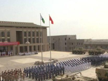 Militares chineses na base de Djibuti nesta terça-feira.