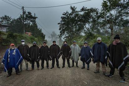 Seguranças que cuidam do candidato Pedro Castillo montam guarda diante de sua casa em Chugur, na província de Chota, Cajamarca, Peru.