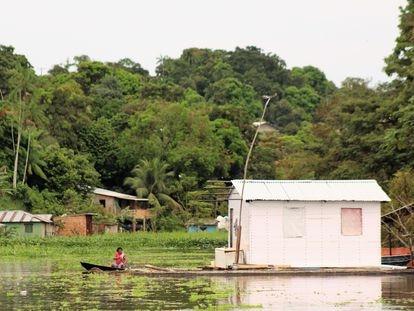 Morador usa canoa no bairro Colônia Antônio Aleixo, Zona Leste de Manaus. Amazonas vive crise tripla com inundações, ataques de criminosos e pandemia.