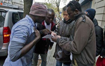 Os africanos que chegaram em um pesqueiro chinês.