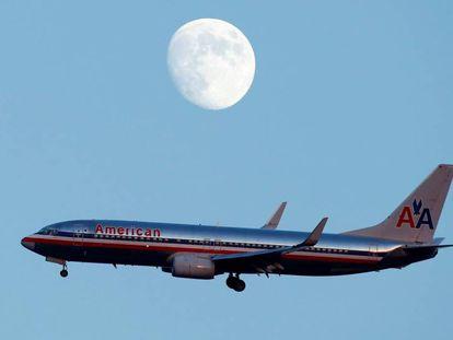 Um avião da American Airlines após decolar do aeroporto La Guardia, Nova York.