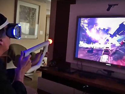 Bolsonaro joga videogame em realidade virtual.