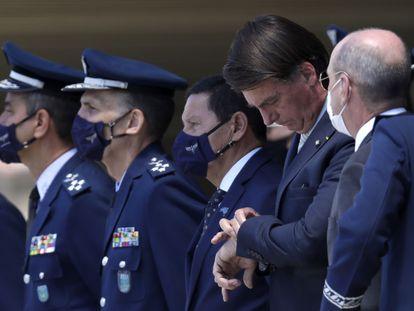 Bolsonaro (checando o relógio) em cerimônia comemorativa do 80º aniversário da Força Aérea brasileira, na quarta-feira.