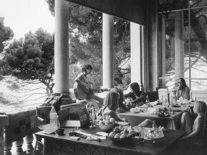 Keith Richards toca guitarra, diante dele, Tommy Weber, uma pessoa não identificada, Gram Parsons e sua acompanhante Gretchen Burrell, Anita Pallenberg e Jake Weber, no terraço da Villa Nellcote, 1971.
