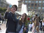Una pareja se hace un 'selfie' en la plaza de Catalunya de Barcelona.