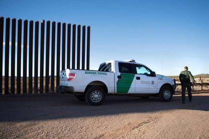 Uma patrulha norte-americana em um dos trechos do muro fronteiriço, em Columbus (Novo México).